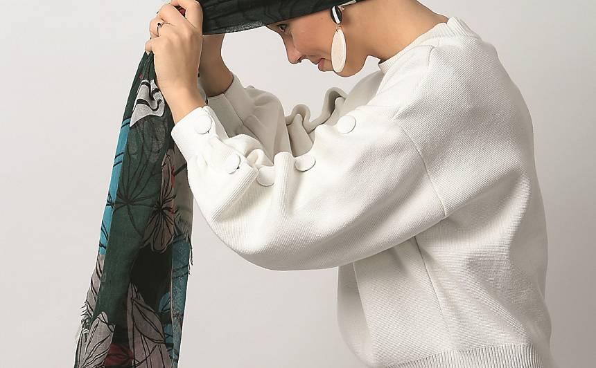 Ņem garu plānas tekstūras šalli vai lakatu. Noliec galvu uz priekšu un uzliec lakatu tā, lai maliņa būtu līdz ar pakauša daļu un abās rokās paliktu vienlīdz gari lakata gali.