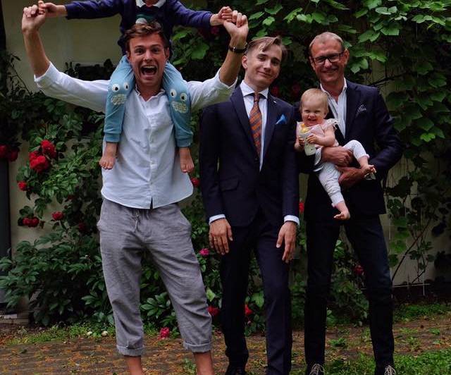 Mārtiņš Ķibilds ar bērniem Gustavu, Paulu un Jasmīnu šovasar Bruņa vidusskolas izlaidumā.