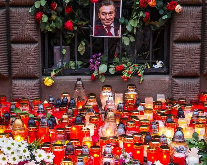 Ziedi un piemiņas sveces pie pilsētas domes ēkas Karela Gota dzimtajā pilsētā Pilzenē