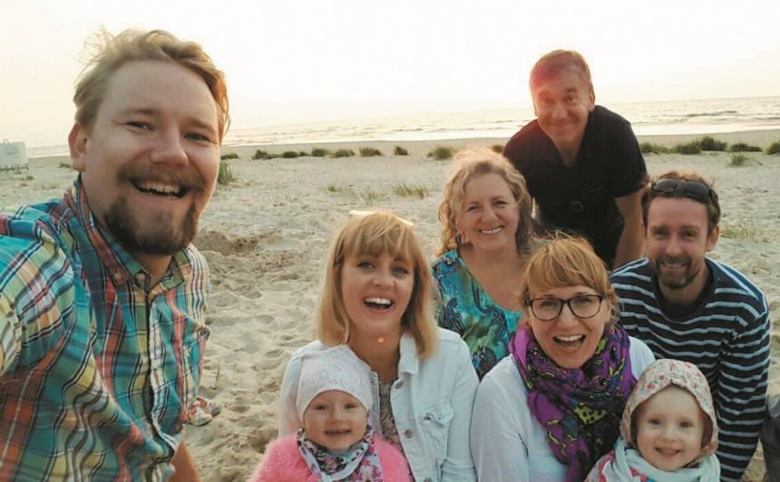 Nauris kopā ar savu ģimeni: sievu un meitiņu, mammu un tēti, kā arī māsu, māsas vīru un māsas meitiņu.