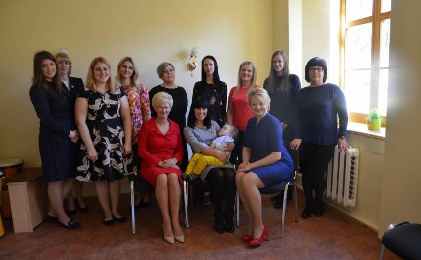 Brīnumiņa komanda kopā ar eksprezidenta kundzi Ivetu Vējoni.