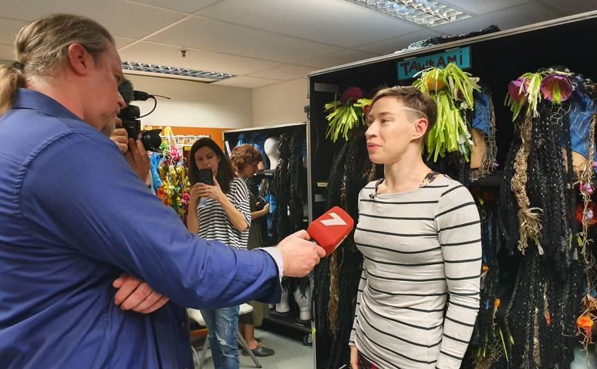 Galvenās lomas atveidotāja Tanja Berka atbild Latvijas žurnālistu jautājumiem.