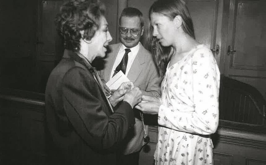 """Daiga 1999. gadā no Elzas Radziņas saņēmas viņas kulonu par Maris lomu Edmunda Freiberga iestudējumā """"Rīga""""."""