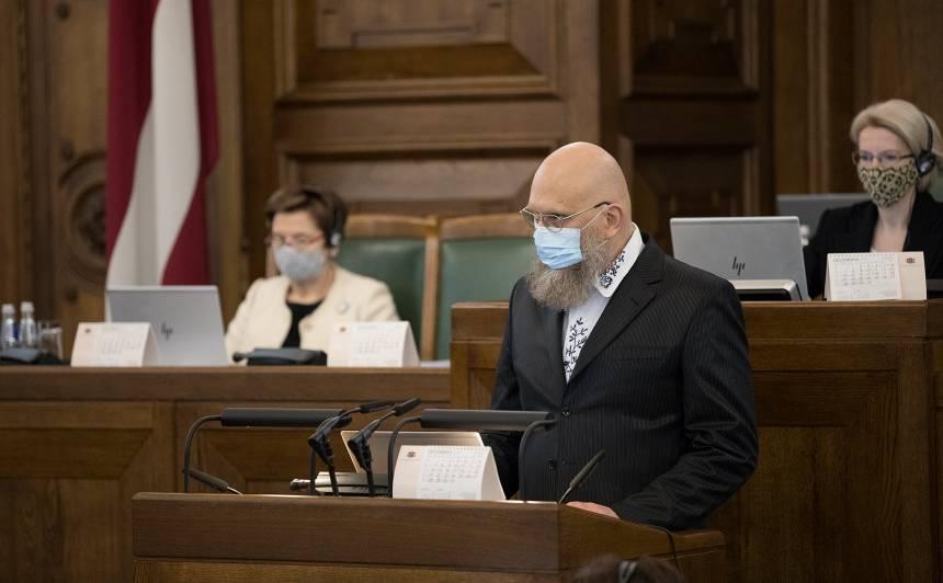 Saeimas deputāta zvērestu AIGARS BIKŠE nodeva tikpat kā tukšai zālei.