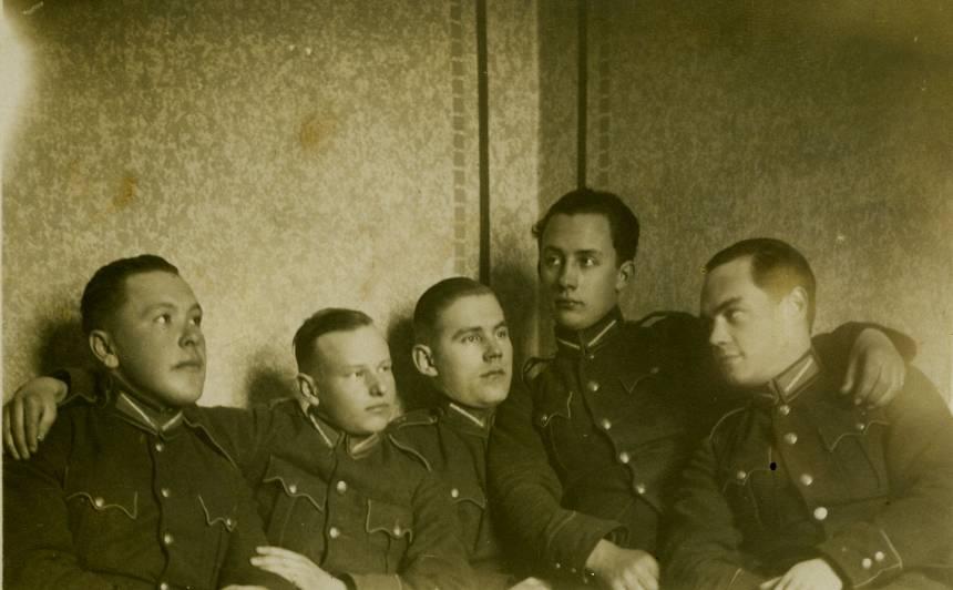 Otrais no kreisās – Alfrēds Dziļums, rakstvedis Latvijas armijā.