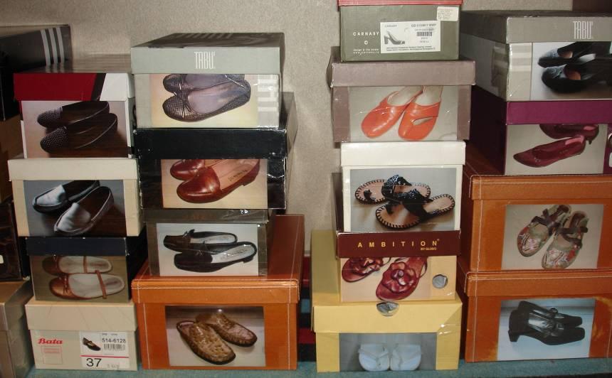 Katrs apavu pāris nofotografēts un bilde uzlīmēta uz kastes - uzreiz redzams, kas iekšā.