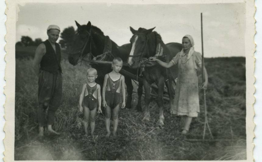 Alfrēds ar Mirdzu un puikām siena pļaujā.