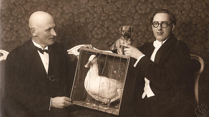 Izdevējs Jānis Roze un Dr. Orientācijs jeb Valdis Grēviņš ar slaveno preses pīli