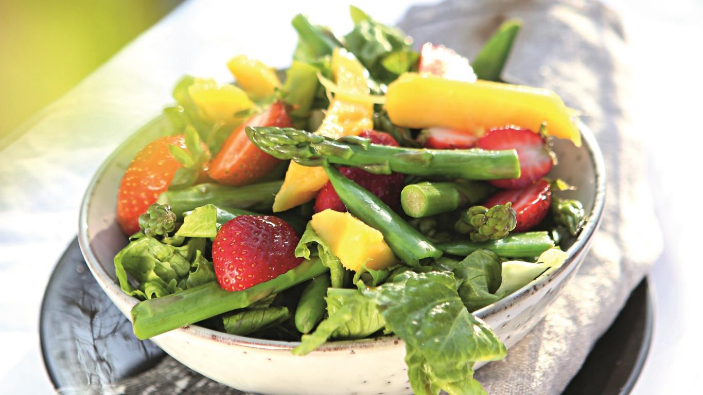 Pavasara salāti ar augļiem
