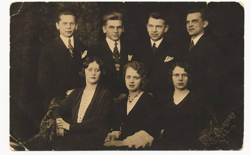 Četri brāļi Ceigeri: no kreisās Jānis, Ēriks, Alfrēds, Viktors, un viņu māsa Elza (pa labi).