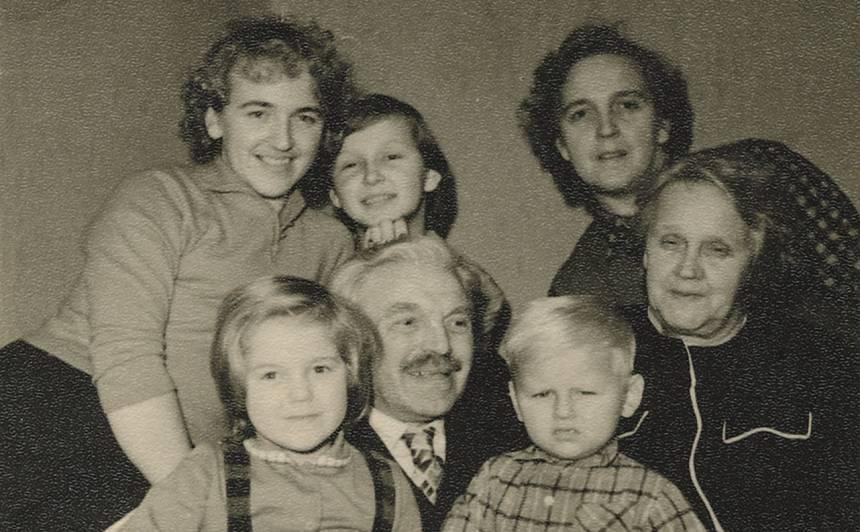 Ar sievu, meitām un mazbērniem 60.gadu sākumā.