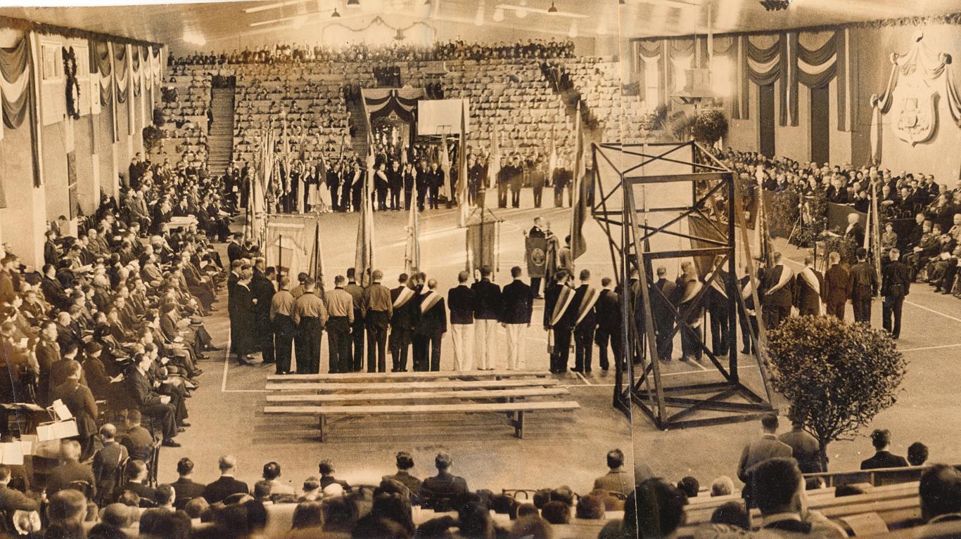 Eiropas basketbola čempionāta atklāšanas ceremonija Sporta namā Rīgā 1937. g. 2. maijā.
