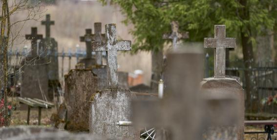 Leģendām apvītie Krāslavas kapi un baznīca
