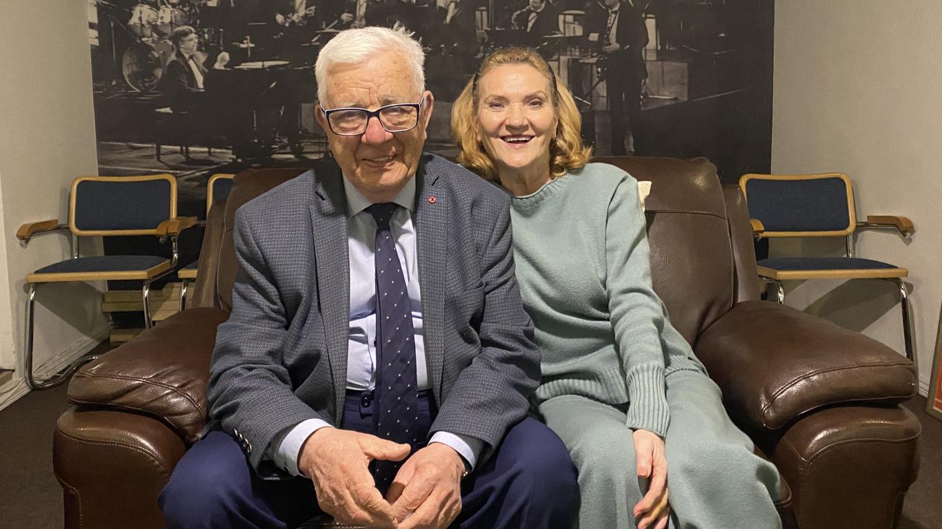 Maestro Raimonds Pauls un Latvijas Radio teātra vadītāja Māra Eglīte.