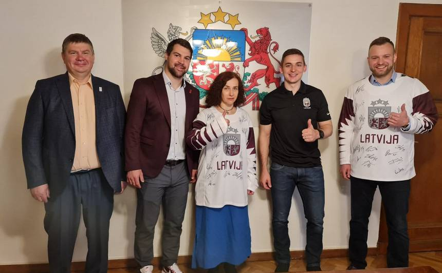 Pēdējā Šuplinskas darbdienā par prieku viņai Izglītības un zinātnes ministrijā ieradās hokejisti KASPARS DAUGAVIŅŠ un JĀNIS KALNIŅŠ.
