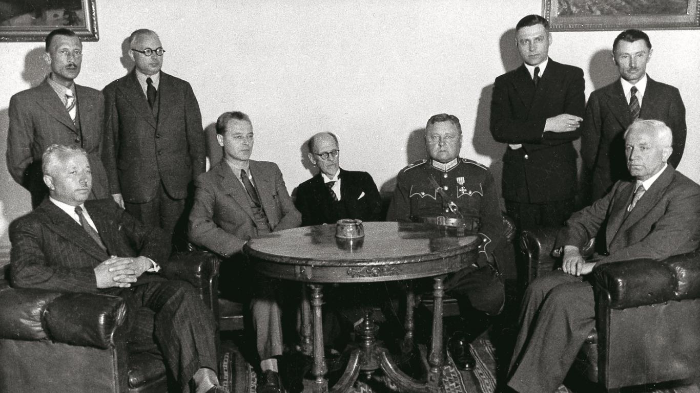 """1940. gada jūnija beigas: Kirhenšteins """"tautas valdības"""" ministru kabineta locekļu starpā."""