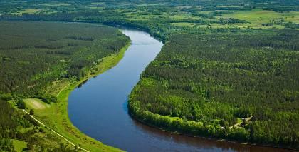 10 brīnišķīgas vietas pie upēm, kur aizbraukt brīvdienās