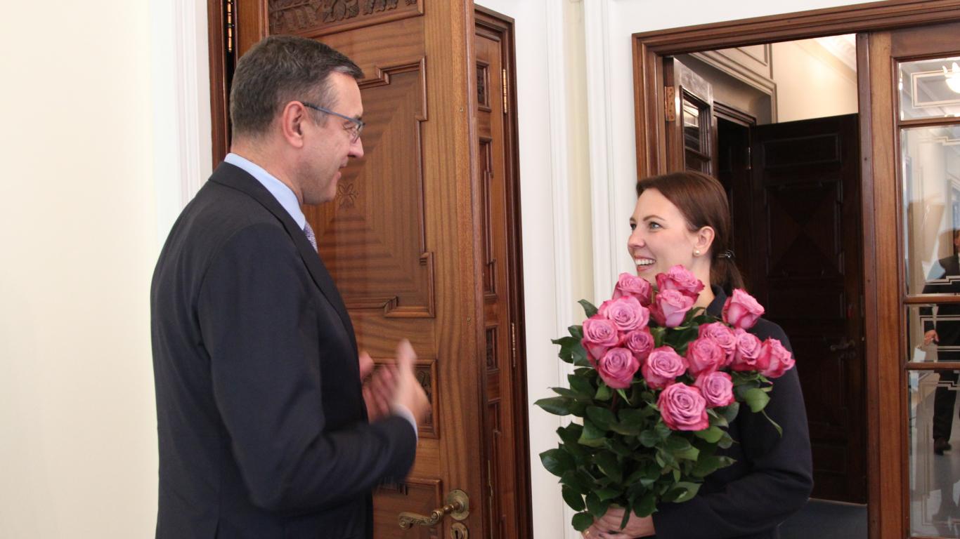Kupls bija izglītības un zinātnes ministres Anitas Muižnieces sagādātais rožu pušķis.